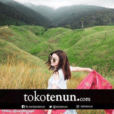 model baju kain tenun artis